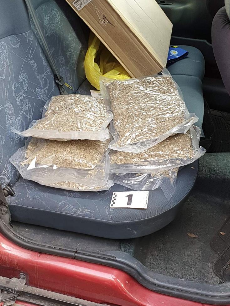 Трима столичани са задържани в момент на предлагане на дрога