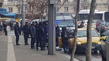 Екшън в центъра на София: 17-годишен без книжка и дрогиран рани трима полицаи