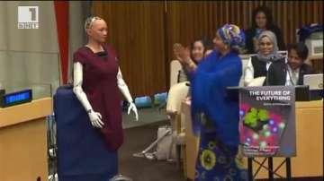 ДРУГИТЕ новини: Робот дава интервю