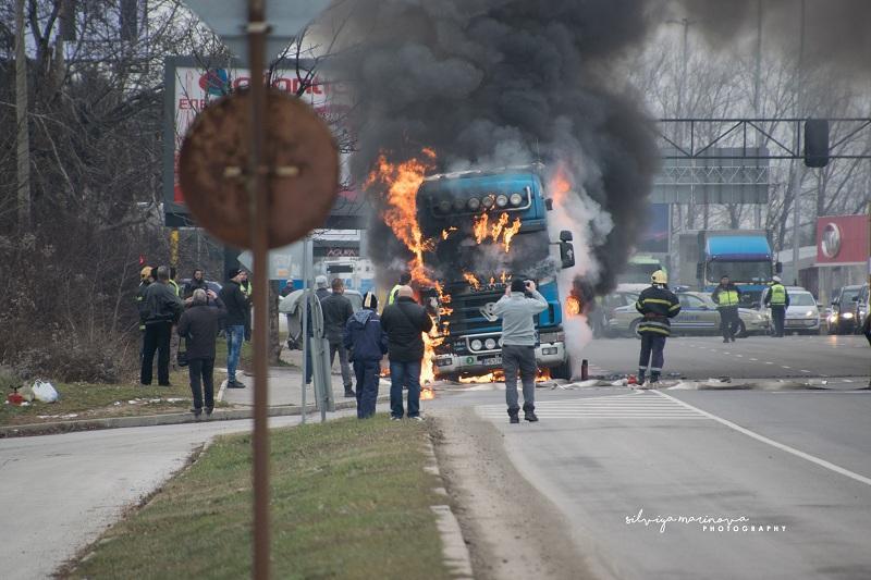 снимка 1 Запалил се камион затруднява движението по бул.Цариградско шосе