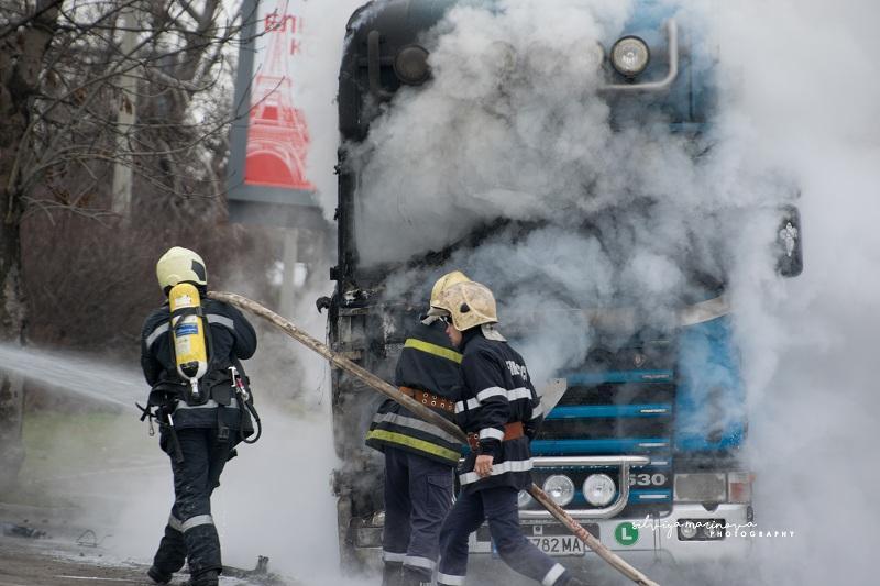 снимка 3 Запалил се камион затруднява движението по бул.Цариградско шосе