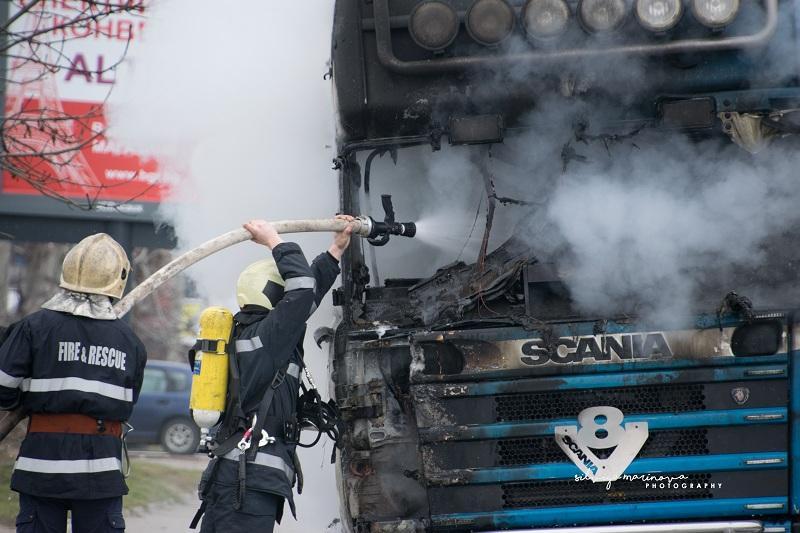 снимка 2 Запалил се камион затруднява движението по бул.Цариградско шосе