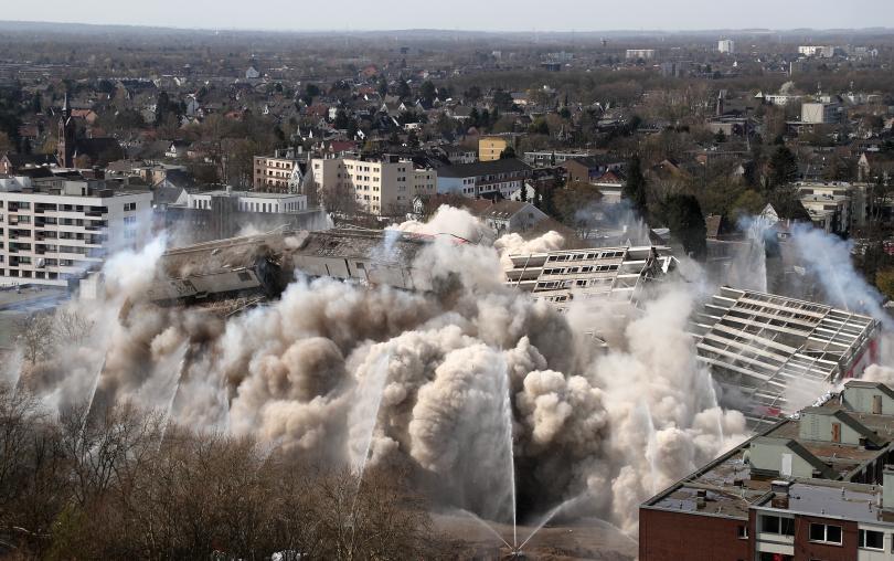снимка 1 Събориха с контролиран взрив 20-етажна сграда в Дуисбург