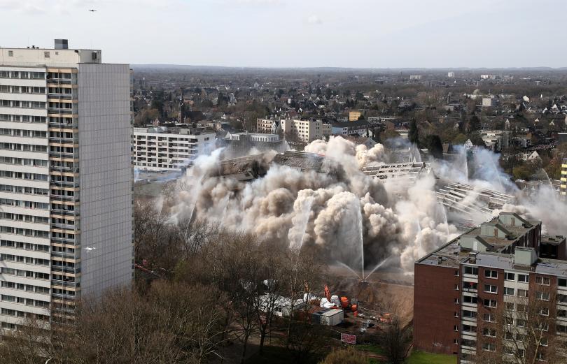 снимка 2 Събориха с контролиран взрив 20-етажна сграда в Дуисбург