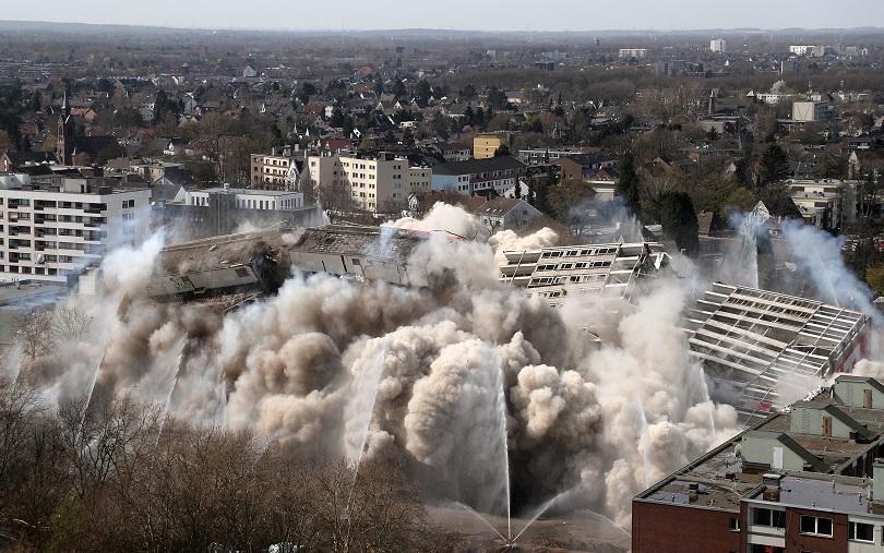 събориха контролиран взрив етажна сграда дуисбург