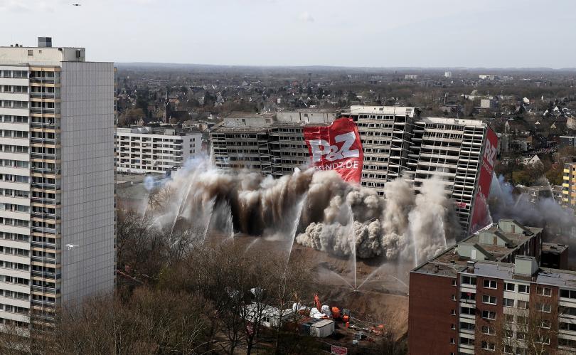 снимка 3 Събориха с контролиран взрив 20-етажна сграда в Дуисбург