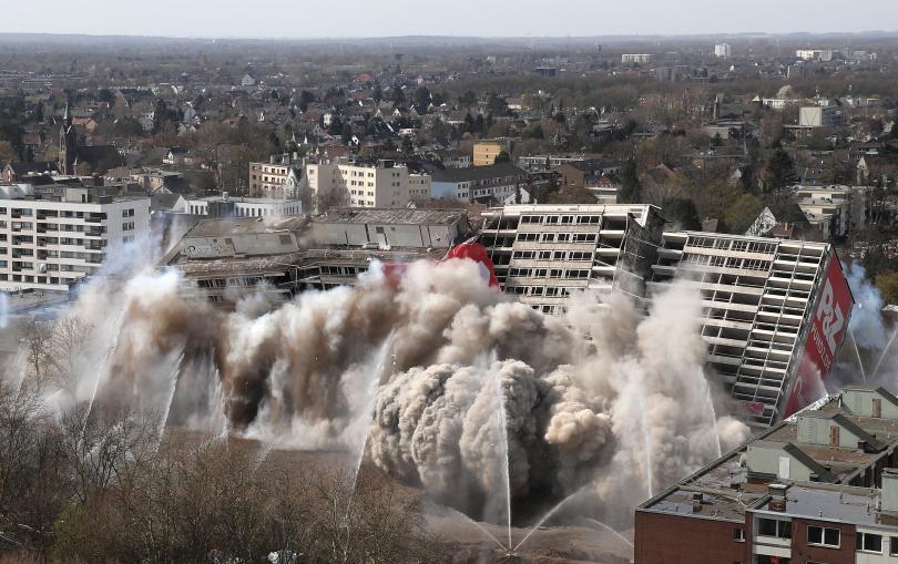 снимка 4 Събориха с контролиран взрив 20-етажна сграда в Дуисбург