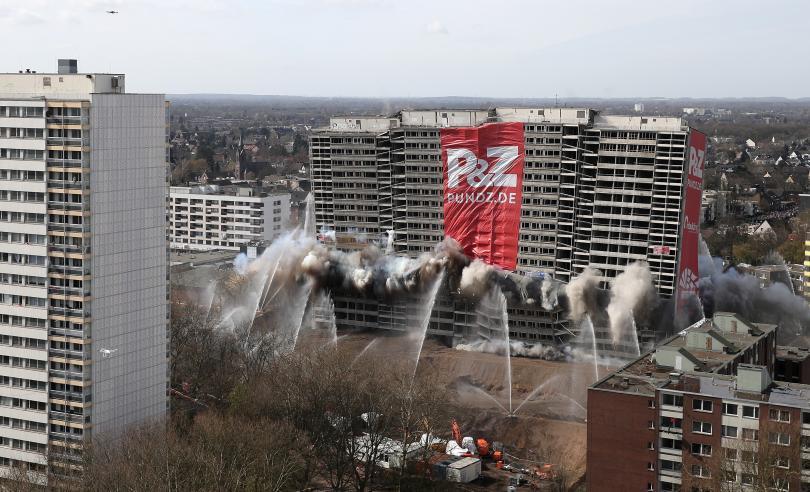 снимка 5 Събориха с контролиран взрив 20-етажна сграда в Дуисбург