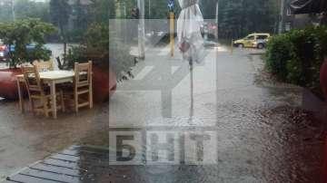 Проливен дъжд и гръмотевици в София