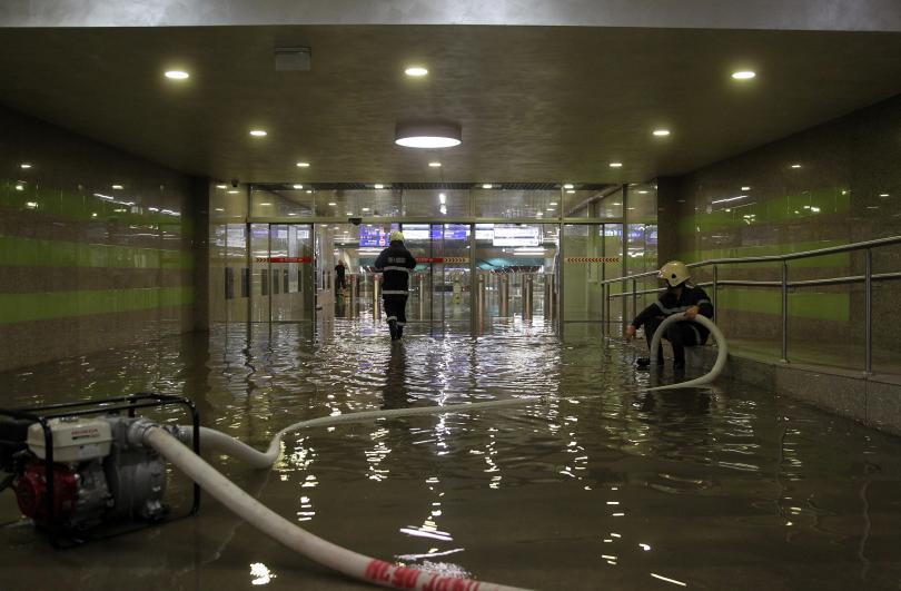 снимка 1 Цяла нощ продължи работата на аварийните екипи в София заради проливния дъжд