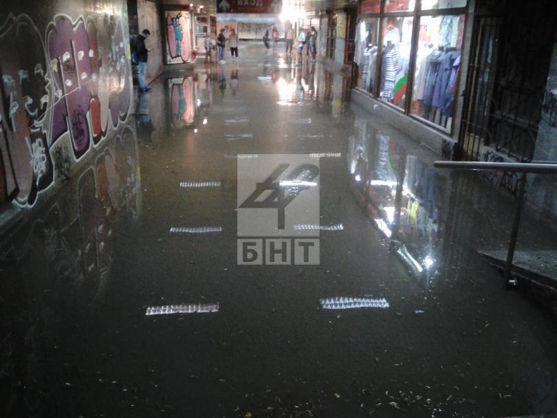 След снощния порой са получени над 900 сигнала за наводнени