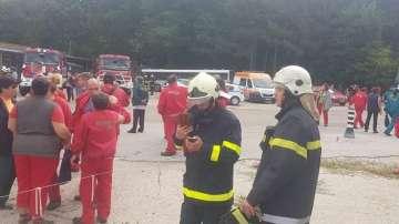 Пожарни екипи и дронове ще следят цяла нощ ситуацията след пожара в Дунарит