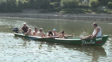Ентусиасти от всички възрасти в състезание за преплуване на Дунав
