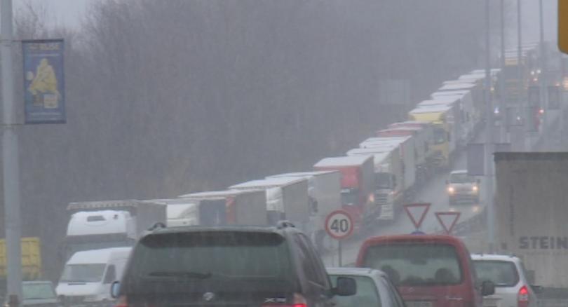 Край на опашките от тежкотоварни камиони по пътя Русе-Силистра, в