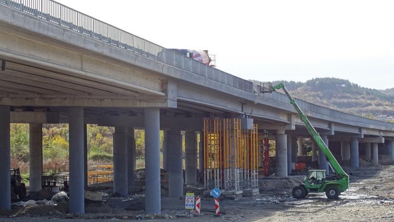 Усилиха 13 от повредените от пожара колони на моста край Дупница