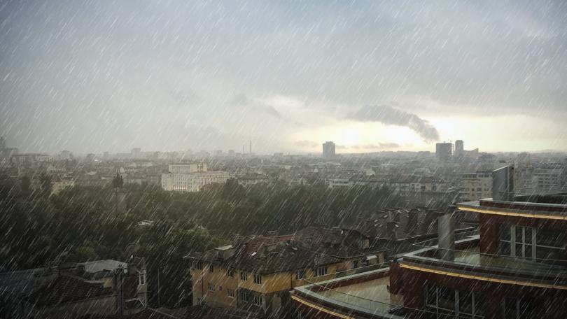 Гръмотевична буря, придружена с пороен дъжд и силен вятър, наводни