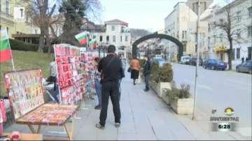 Във Велико Търново продавачите на мартеници са облечени в носии