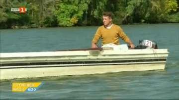 Мъж почиства доброволно поречието на река в Унгария