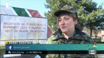 В деня на жената: Губи ли се женствеността във военна униформа?