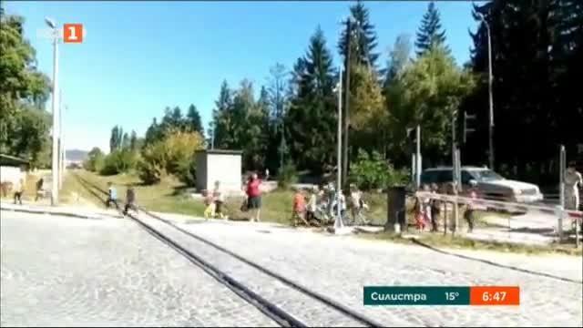 Видео, което показва как учителка превежда група деца през жп