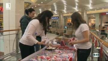 Доброволци продават мартеници в помощ на деца с аутизъм