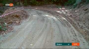 Две неукрепени свлачища затрудняват движението по пътя за село Добралък