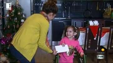 Приятел за Коледа: Невяна Владинова с подарък за малката Дария от Русе