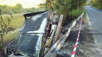 ТИР излетя от пътя в Кресненското дефиле и изгоря, шофьорът е невредим
