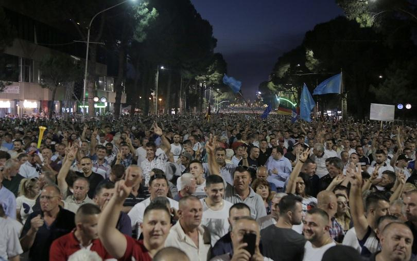70 000 в Тирана поискаха оставка на премиера Еди Рама