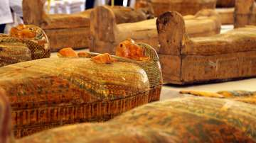 Археолози показаха 30 новооткрити саркофага с мумии в Египет