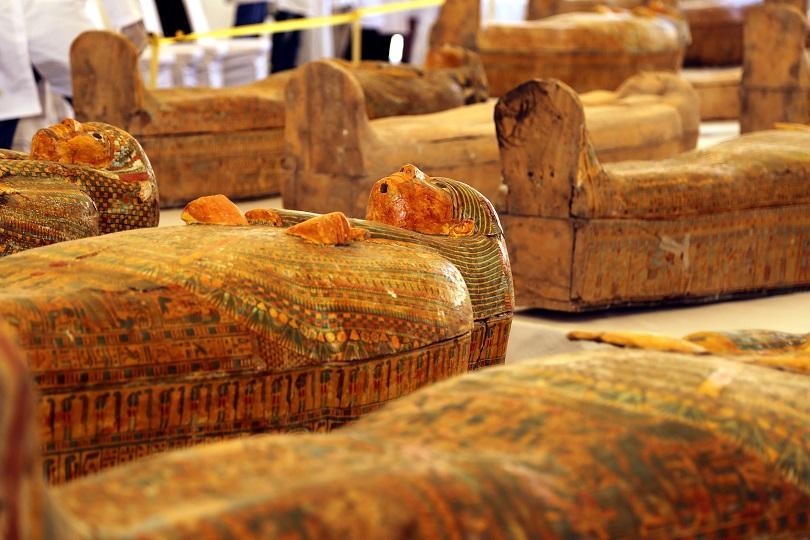 Снимка: Археолози показаха 30 новооткрити саркофага с мумии в Египет