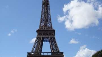 Свалиха мъжа, покатерил се на Айфеловата кула
