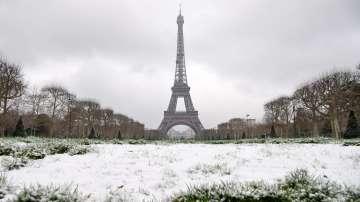 Айфеловата кула е временно затворена за туристи заради снеговалеж в Париж