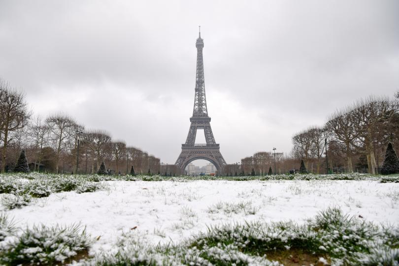 Затвориха Айфеловата кула в Париж заради очакван обилен сняг, заледяване и вятър