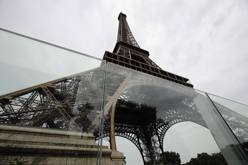 стъклени стени около айфеловата кула снимки