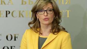 Захариева: Микробусът с подаръци за Босилеград пътува отново към границата