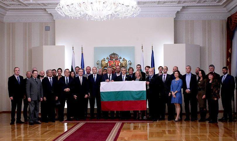 снимка 1 Президентът връчи българския флаг на антарктическата ни експедиция