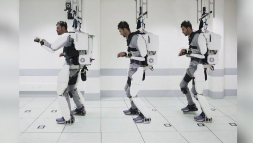 Екзоскелет помага на млад мъж да се движи отново. 28-годишният