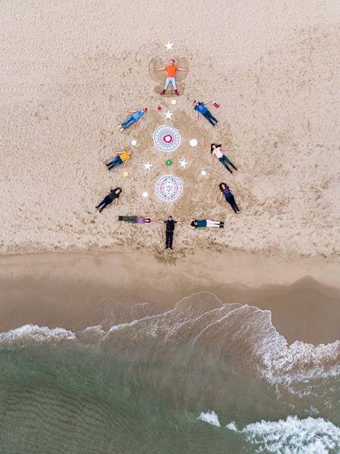 Група фотографи изрисуваха с телата си коледна елха на южния плаж във Варна