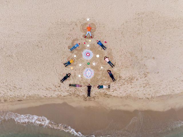 снимка 1 Група фотографи изрисуваха с телата си коледна елха на южния плаж във Варна
