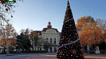 Монтираха 13-метрова елха във фонтана в центъра на Пловдив