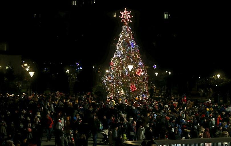 снимка 1 Запалиха светлините на елхата в София