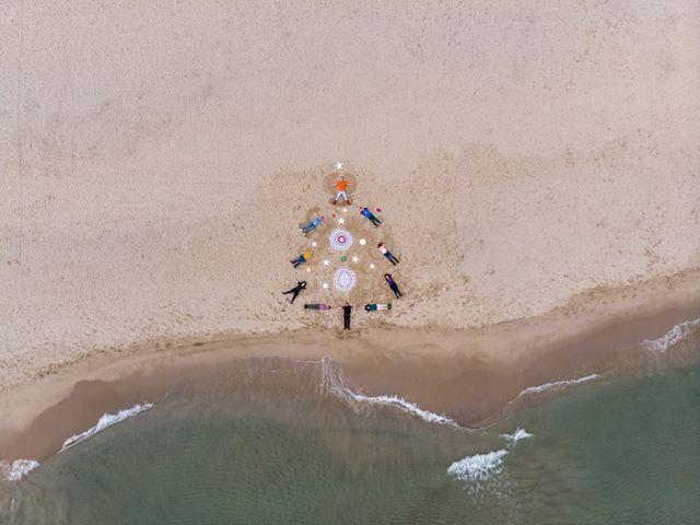снимка 2 Група фотографи изрисуваха с телата си коледна елха на южния плаж във Варна