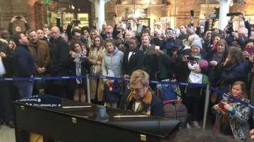 Елтън Джон изнесе изненадващо шоу на лондонска гара (ВИДЕО)