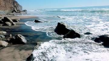 Трима души загинаха след срутване на скала на плаж в Калифорния