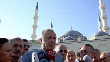 Турският президент Ердоган припадна по време на празнична молитва