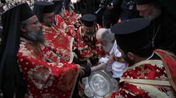 На Велики четвъртък: Ерусалимският патриарх ритуално изми краката на духовници