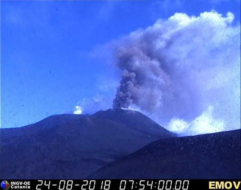 вулканът етна изхвърля стълбове дим лава 150 метра височина