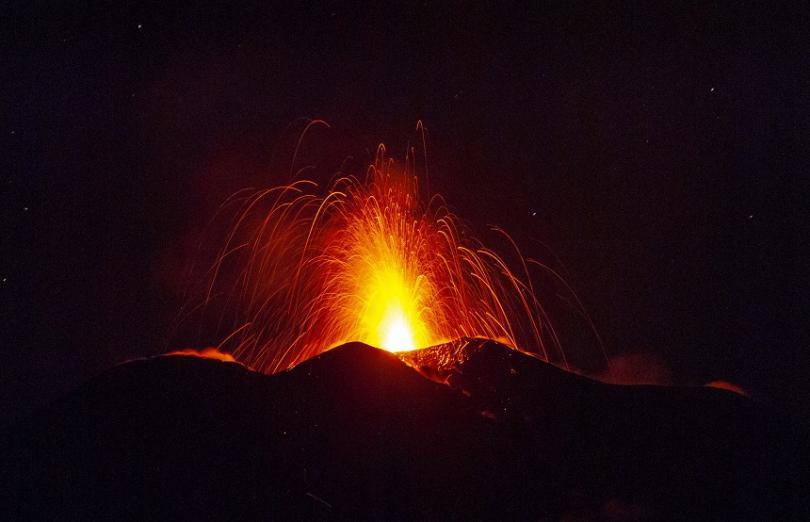 снимка 1 Вулканът Етна изхвърля стълбове дим и лава на 150 метра височина