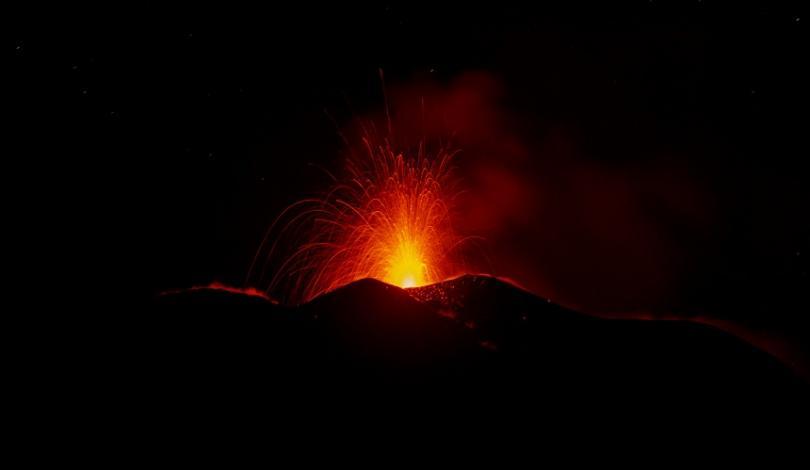 снимка 2 Вулканът Етна изхвърля стълбове дим и лава на 150 метра височина